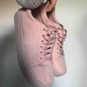 Superfina rosa sammet liknande skor i rosa. Använda 1 gång och sedan dess aldrig mer. Tveka inte att fråga om du har frågor, Kan även fraktas om du står för frakten!😊💕