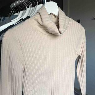 Lite tjockare tröja från Gina tricot i beige. Helt ny, aldrig använt endast provad, kan fraktas om du står för frakten. Fråga ifall du har frågor!😊💕