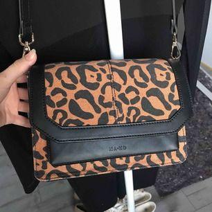 """Superfin leopard mönstrad axelärmväska från NAKD, aldrig använt så säljer den, finns inte att köpa längre.  Kan fraktas om du betalar frakt, skickas i samma """"väskpåse"""" som jag fick den i (se bild 3). Fråga ifall du har frågor😊💕"""