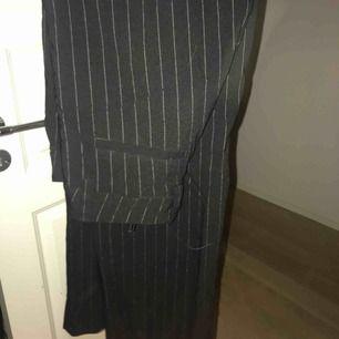 Kostymbyxor köpta här på plick, står storlek 40 i dom men har sytt in dom så skulle säga 38 då dom fortfarande är förstora för mig som är 36! Pris kan diskuteras! Vill bli av med dom! 🌟