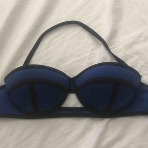 Oanvänd bikini överdel  Kommer med band runt halsen  Stl 75A