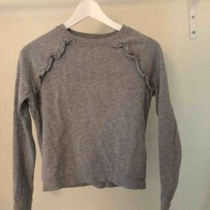 Grå sweatshirt med volang Väl använd