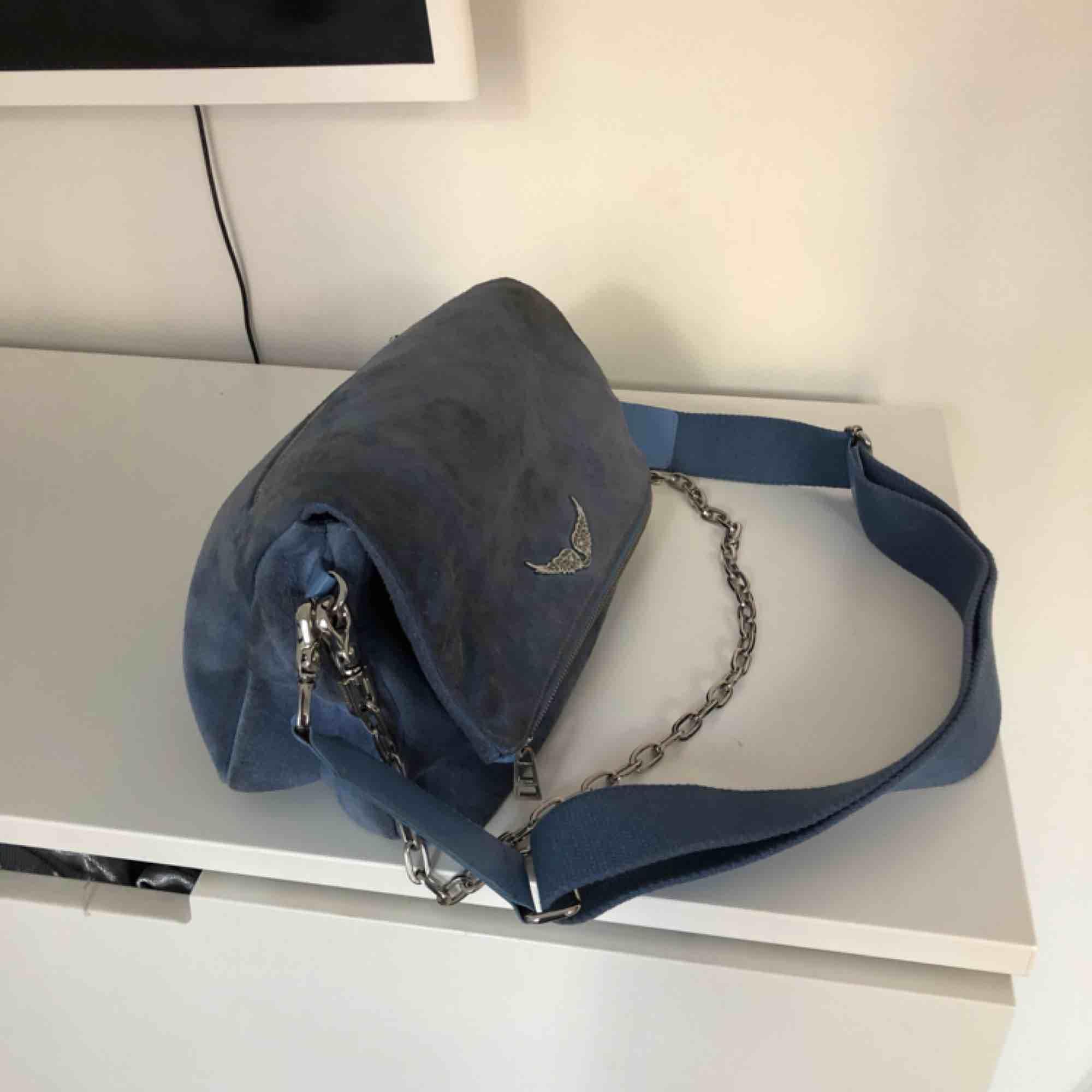 Zadig&Voltaire väska i en större modell, väskan tre större fack. Köptes i februari detta år och är i bra skick, dock eftersom den är i mocka är den lite mörkare på sidorna som man ser på bilden. . Accessoarer.