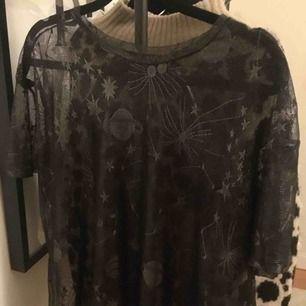 Silvrig mesh t-shirt från Zara i stl S💞