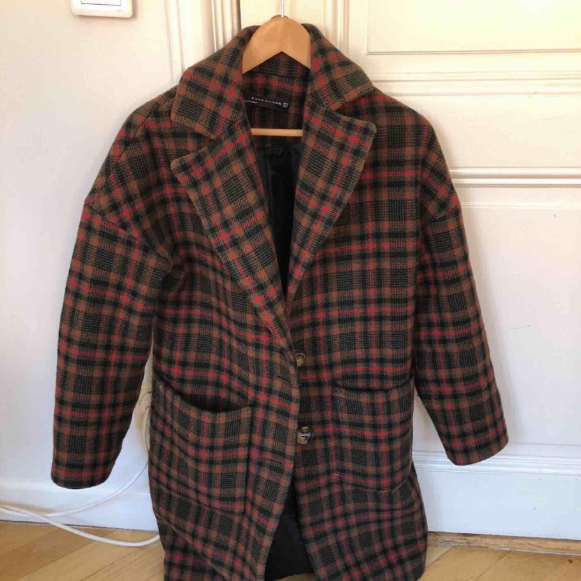 Jätte fin kappa från zara som varit super populär, går ungefär till knäna. Väldigt sparsamt använd.. Jackor.