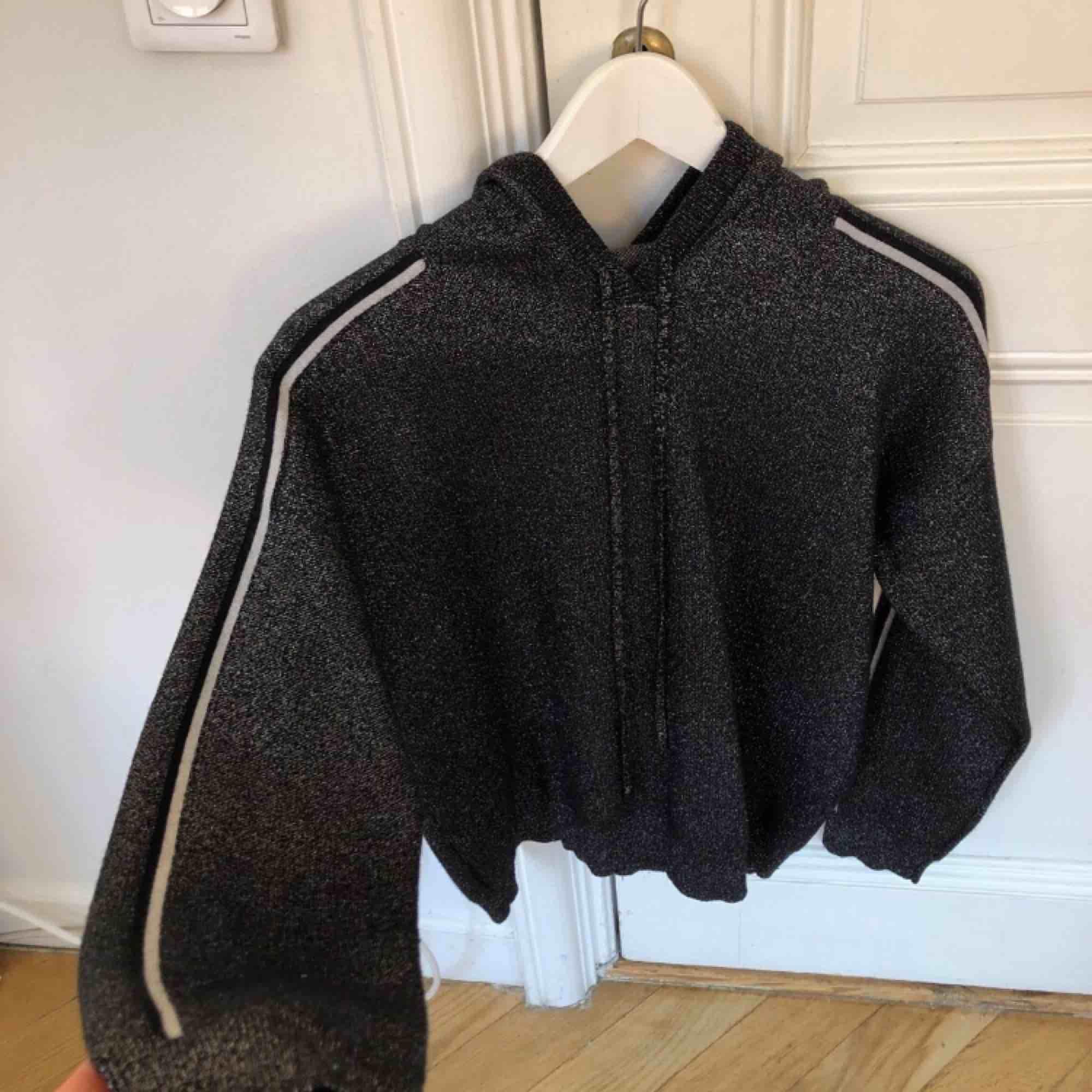 Jätte fin stickad hoodie som köptes i Paris i en liten affär, kostade ca 1000kr. Knappt använd.. Huvtröjor & Träningströjor.