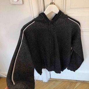 Jätte fin stickad hoodie som köptes i Paris i en liten affär, kostade ca 1000kr. Knappt använd.