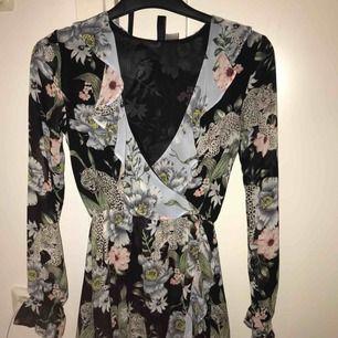 Jag säljer en skit snygg klänning ifrån hm säljer den för att den är för liten  Den är aldrig använd Möts upp i Umeå Eller står köparen för frakten