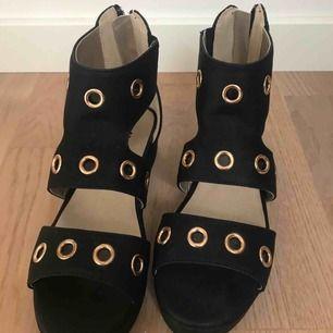 Svarta skor med platåklack använd runt 2 gånger, storlek 34. Original priset är 349 kr (; köparen står för frakt