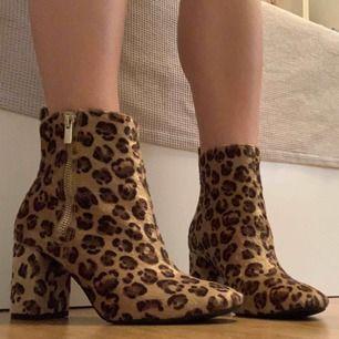 """Leopard mönstrade boots med dragkedja från H&M. """"Ludet"""" material. Använda en gång, perfekt skick! Frakt 80kr. 🌻"""