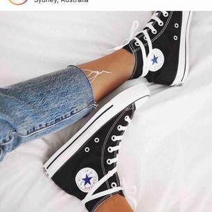 Hej! Säljer ett par praktiskt taget nya svarta höga converse. Använda fåtal fåtal gånger! Kan skicka fler bilder vid intresse!!