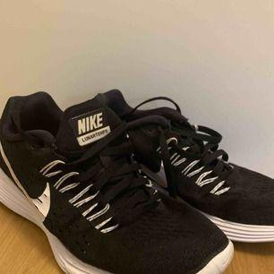 Löparskor från Nike. Använda ett fåtal gånger. Väldigt bra skick! 🌸
