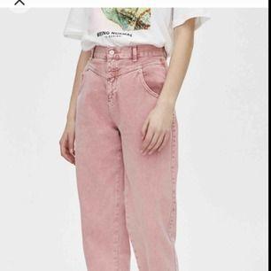 Oanvända rosa high-waisted jeans från Pull&bear, köptes för 399kr. Fråga mig gärna om ni har frågor! Kan mötas upp annars står köparen för frakten (45kr).