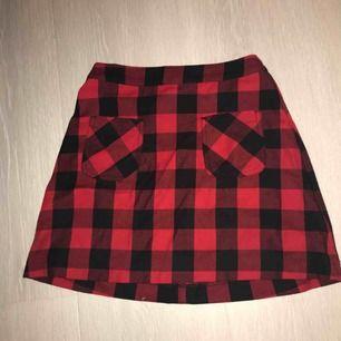 Säljer en kjol ifrån hm Aldrig använd Möts upp i Umeå Eller står köparen för frakten