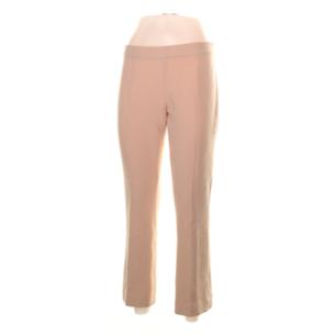 2nd Day rosa/beiga utsvängda byxor i stl 36. Beställda å internet men tyvärr för stora. Midjemått 76 cm och innerbenslängd 69 cm. Frakt 59 kr.