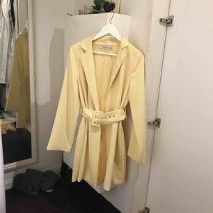 Gul klänning blazer från NAKD strl 36, använd 1 kväll (lämnades in på kemtvätt dagen efter så det är precis som ny) Nypris: 600kr