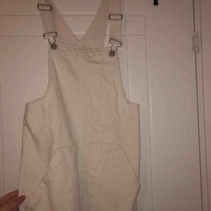 vit hängselklänning från pull & bear. nästan aldrig använd.