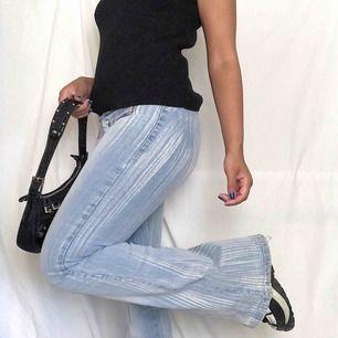Snygga 90/00-tals lågmidjade bootcut jeans/byxor☀️ väldigt stretchiga så passar mellan 34-38. Lite slitna längst ner men inte mycket