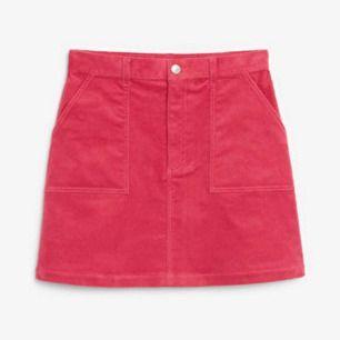 Körsbärs röd/rosa Manchester (corduroy) kjol i strl 34 från Monki! Säljer då den tyvärr är för liten för mig! Helt ny med alla lappar kvar. Frakt tillkommer
