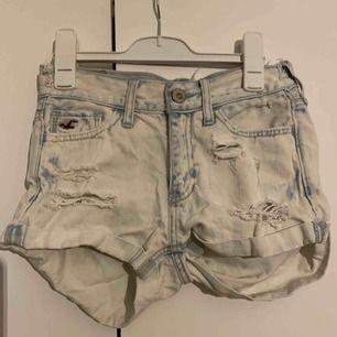 Blåvita shorts från hollister med slitningar och hål, nyskick