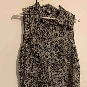 Fin blus i leopard liknande mönster från bikbok, nyckick