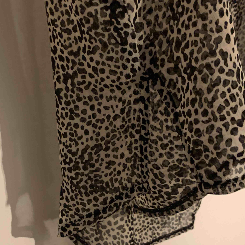 Fin blus i leopard liknande mönster från bikbok, nyckick. Blusar.