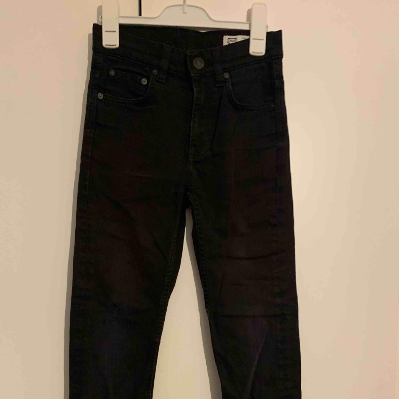 Svarta raka jeans från crocker (dom är inte röda,ser bara ut som de på bilden) . Jeans & Byxor.