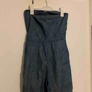 Snygg offshoulder jeansjumsiut från JC, nysckick
