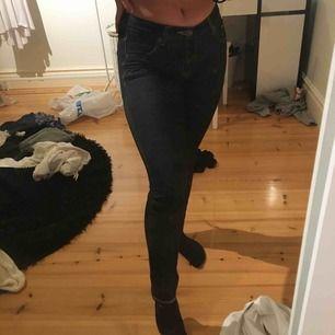 Supersköna fakejeans (vanligt jättestretchigt tyg men ser ut som jeans), säljes pga för små. Medelhöga i midjan.