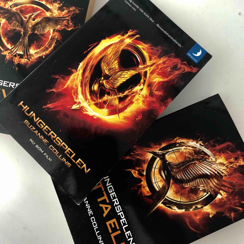 Hungergames bok trio. Bok 2 & 3 är helt orörda & är som nya. Frakt tillkommer. . Övrigt.