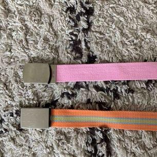 Två stycken färglada bälten, perfekta detaljer för en färgglad outfit