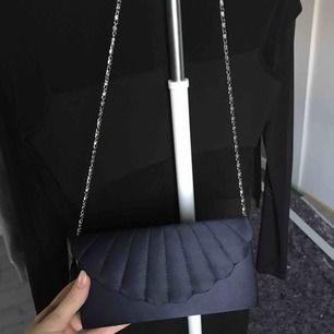 Marinblå axelärmväska som är använd vid ett tillfälle på en konfirmation. Superfin och superskönt material, funkar även för bal eller liknande😊 Fraktar om du betalar frakten, fråga ifall du har frågor!😊💕
