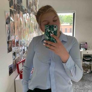 Ljusblå skjorta, bra kvalitet i storlek M, den ska vara lite lös så säljer pga att den är för liten för mig. Köparen betalar frakt på 18 kr.