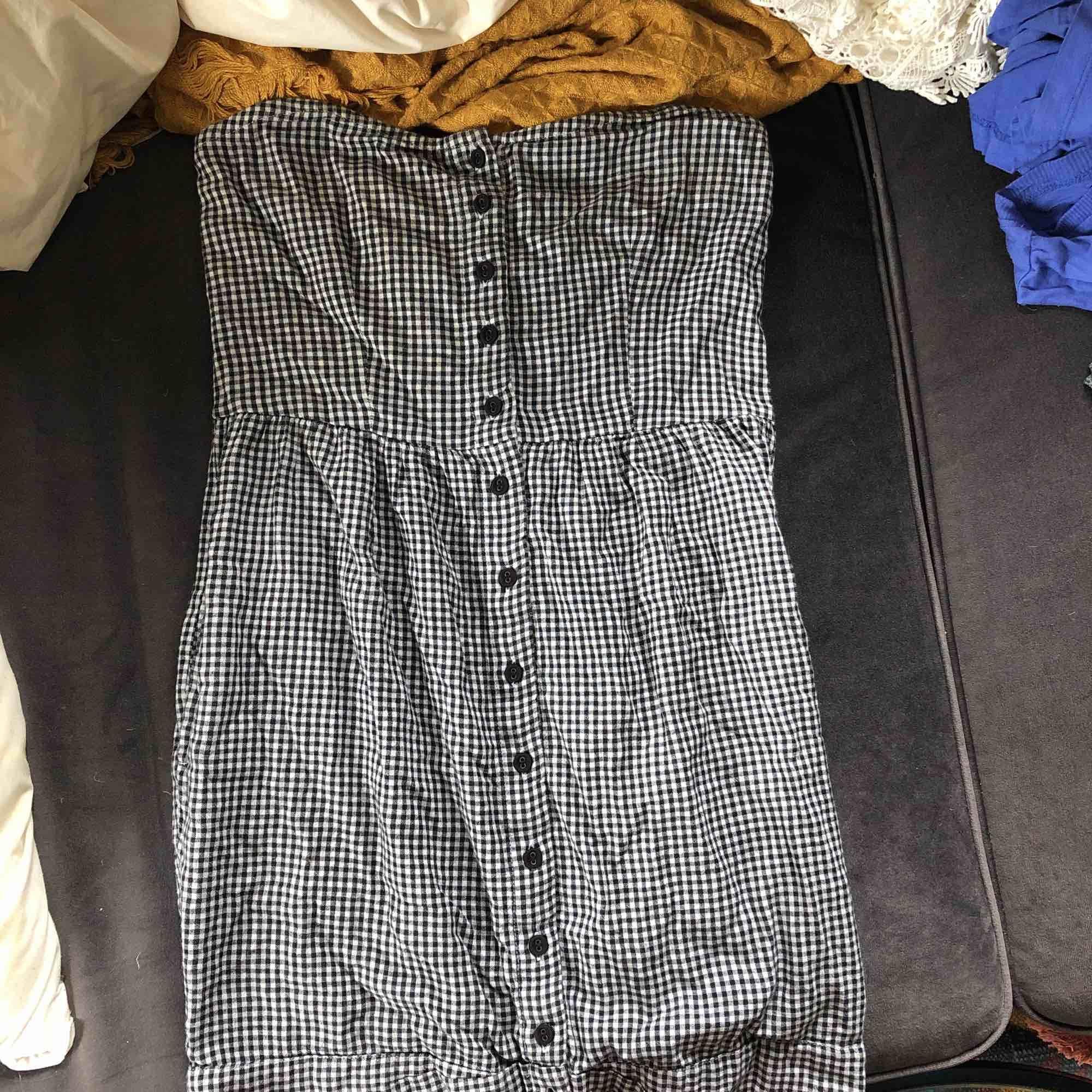 Klänning från Gina Tricot i storlek 34 Axelbandslös . Klänningar.