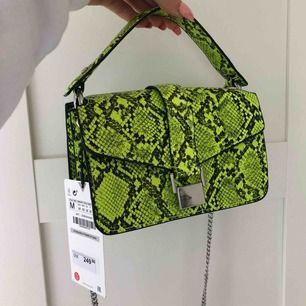 Helt ny snake print väska från zara, köpt för 250 på zara i Stockholm, finns ej att köpa. 200 inklusive frakt 🥰