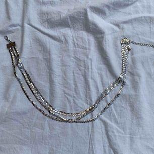 Halsband (tre i ett), olika längd så de hänger ner olika mycket! Frakt tillkommer