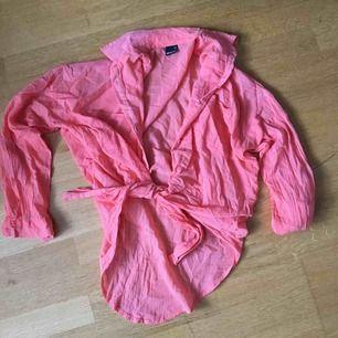Tunn orange skjorta. Gina tricot st. 34.