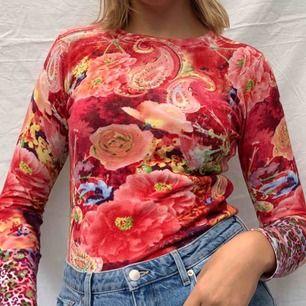 Jättefin tröja i ett ganska lent material så den är mjuk och mysig! Frakt tillkommer