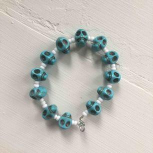 Armband med vita pärlor och ljusblåa döskallar. Frakt 9kr🖤🐳