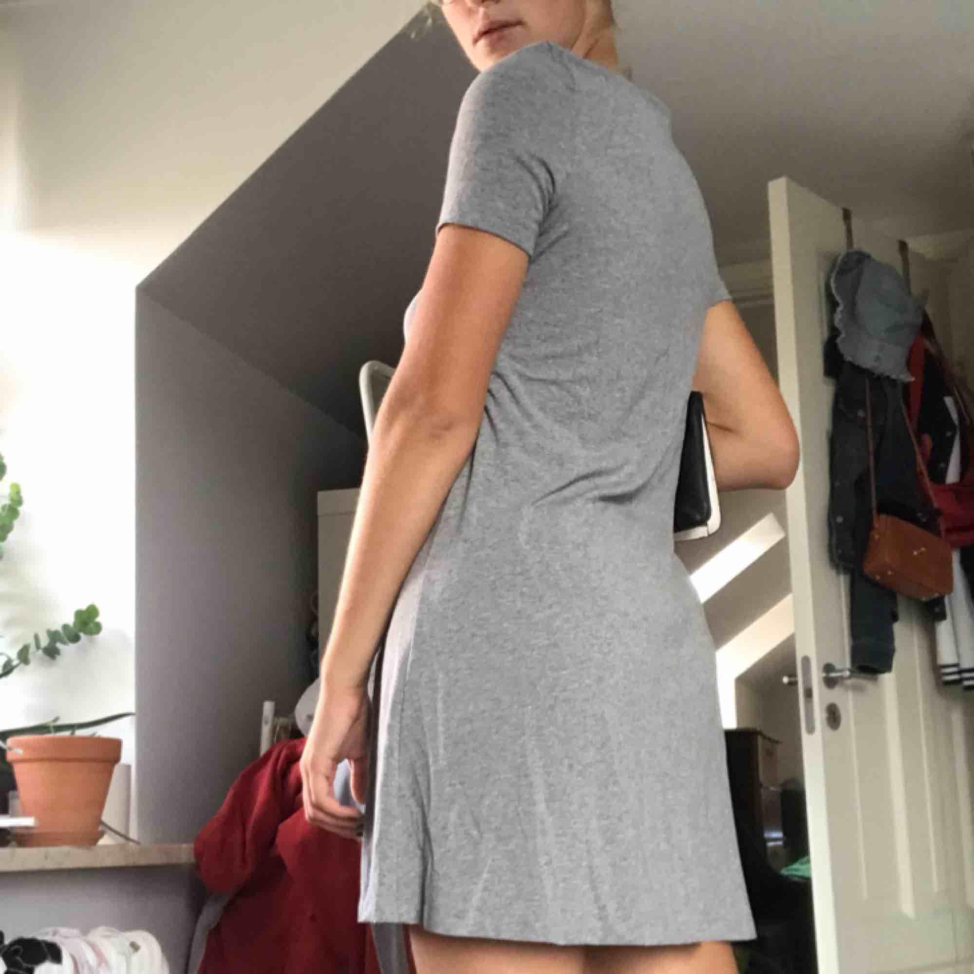 Supersöt t-shirtklänning från Vero Moda i strl XS men passar mig som är S bra🥰 priset inkl frakt . Klänningar.