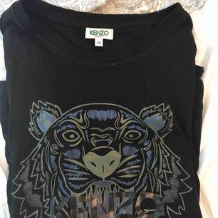 ÄKTA kenzo t-shirt köpt på NK i Göteborg 2018! Använd ca 5ggr! Storlek M men är ganska liten så passar mej som brukar ha XS/S! Nypris 1200kr mitt pris 600kr + eventuell frakt! ( tvättas innan den skickas )
