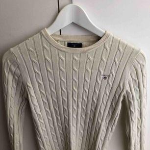 Gant kabelstickad tröja i färgen cream 💛
