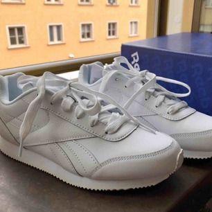 """Ett par sneakers från Reebok, """"Royal Classic"""". Storlek 36, damstorlek. Skick: 10/10. Finnes på Södermalm, Stockholm. Kan postas men då står Du för frakten, (80kr). Mvh Marija"""