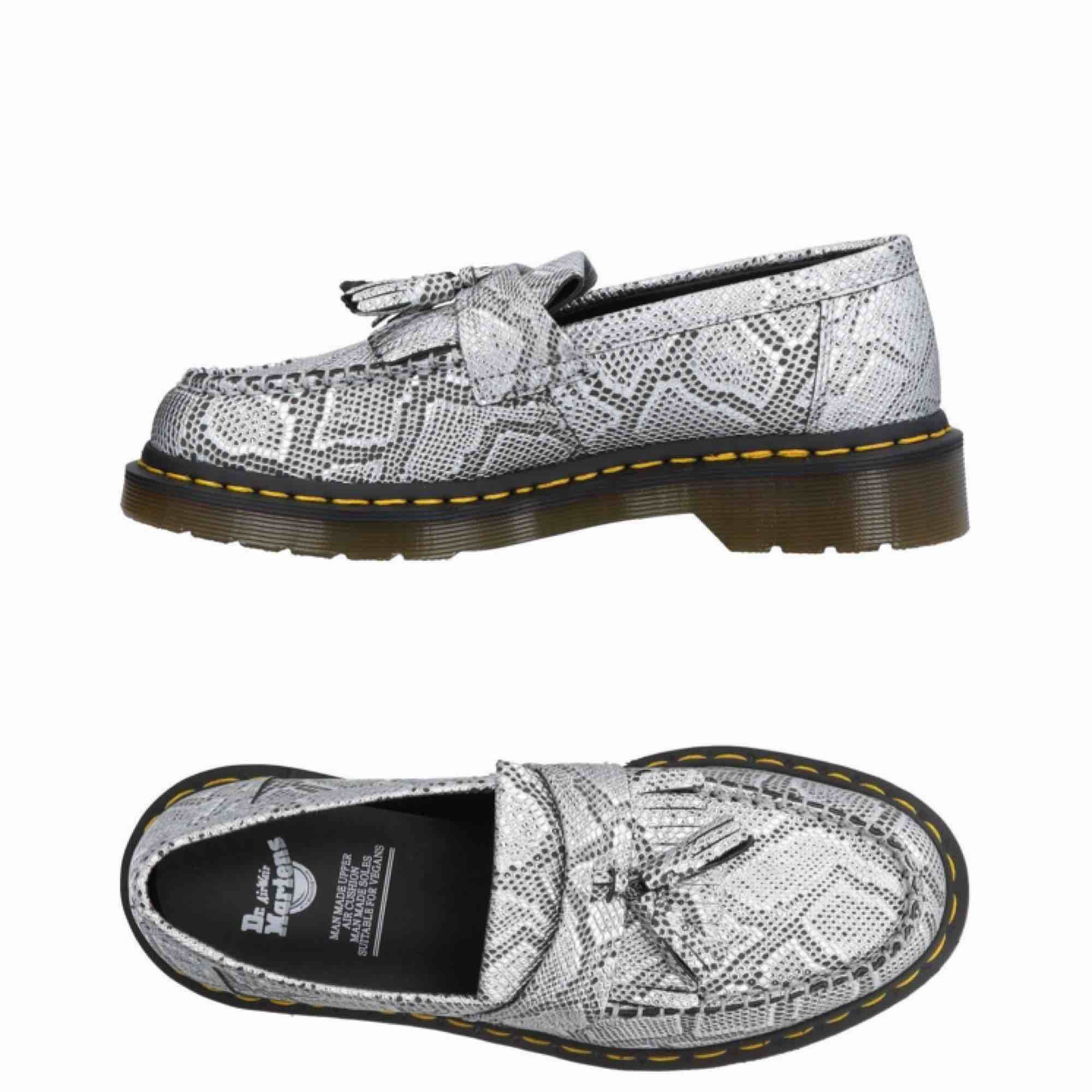 Veganska Dr Martens loafers i metallic snake print. Storlek 39. Aldrig använda. Köpa förra hösten men ångrade köpet pga har för mycket skor.. Frakt runt 100kr tillkommer då de väger rätt mycket ✨. Skor.