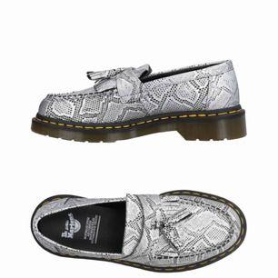 Veganska Dr Martens loafers i metallic snake print. Storlek 39. Aldrig använda. Köpa förra hösten men ångrade köpet pga har för mycket skor.. Frakt runt 100kr tillkommer då de väger rätt mycket ✨