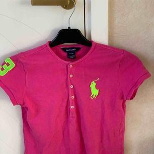 Fin Ralph Lauren tröja som inte är använd på mkt! Säljer billigt pga att jag klippt i den så den är lite mer kroppad nu. Inget man lägger märke till så mycket.