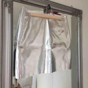 Oanvänd silvrig kjol från H&M.  Frakt tillkommer🌸