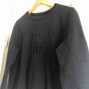 En sweatshirt från GANT. Storlek small, damstorlek. Skick: 9.5/10 (aldrig använd). Finnes på Södermalm, Stockholm. Kan postas men då står Du för frakten, (59kr). Mvh Marija