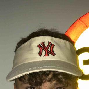 En tennis keps från new york yankees i bra skick. Vet inte om den är äkta eller om nån bara har sytt på märket🤷🏽♂️ +frakt 42 kr Unisex (Justerbar där bak med kardborre)