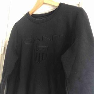 En sweatshirt från GANT. Storlek small, damstorlek. Skick: 9.5/10 (aldrig använd). Finnes på Södermalm, Stockholm. Kan postas men då står Du för frakten, (59kr). Mvh Marija & Nugget